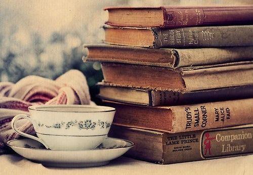 Esta imagen nos detalla una taza de fina porcelana antigua y unos libros con mucha historia y a la vez muchas historias que contarno